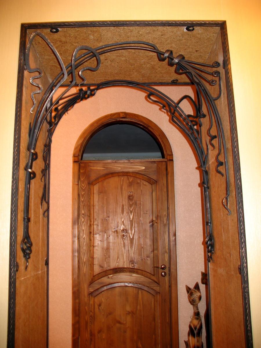 Узор вокруг арок двери фото